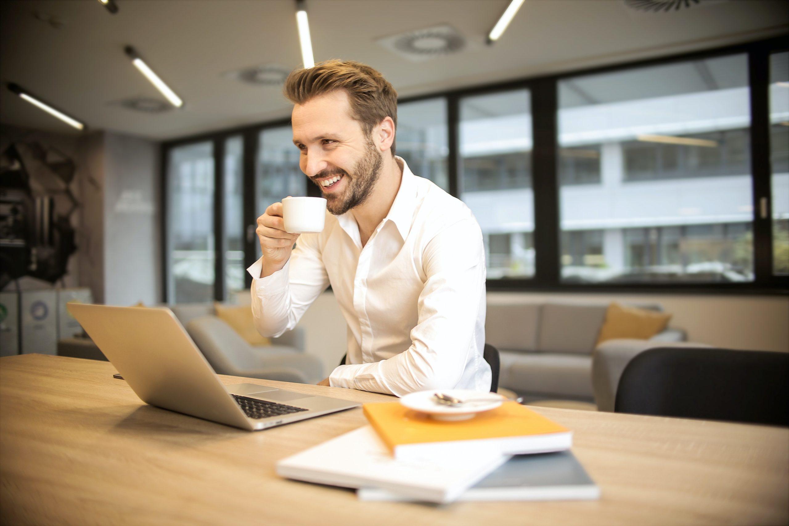 Une homme passe une formation de rédacteur web en ligne